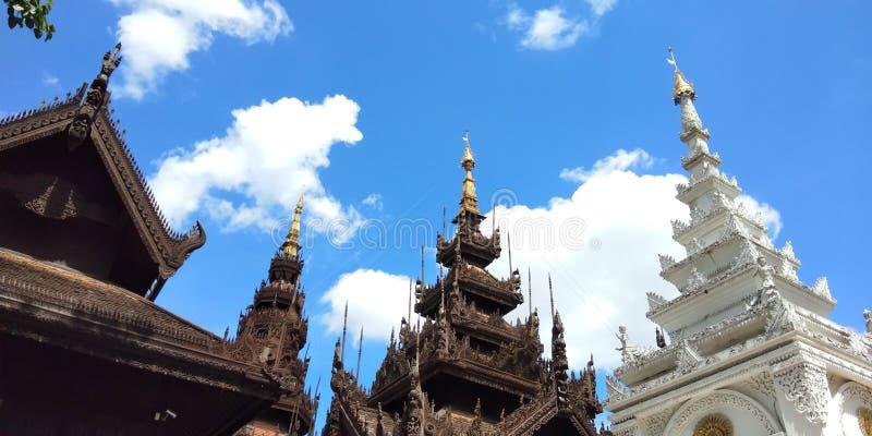 建筑学老历史秀丽样式lanna和雕塑的屋顶在清迈泰国 库存照片