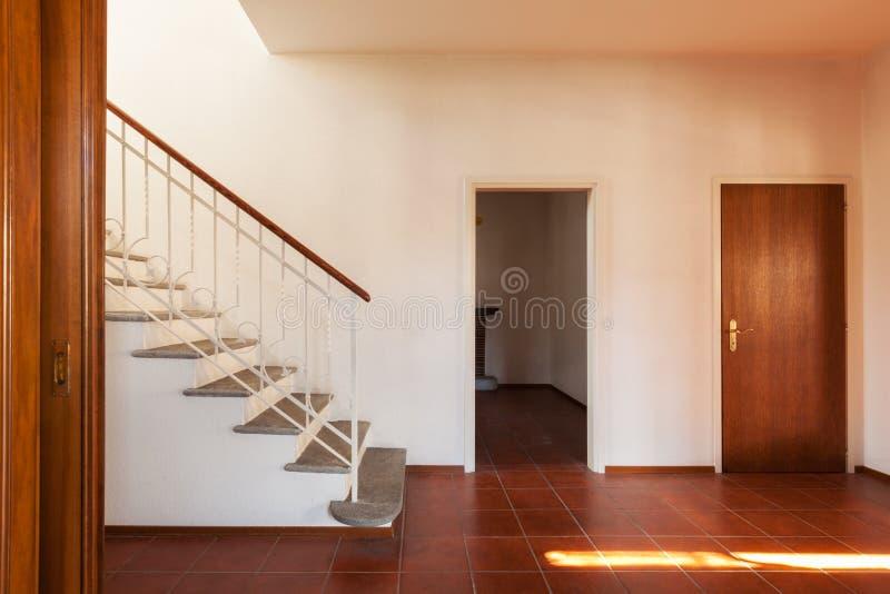 建筑学,老经典房子内部,有stairca的走廊 免版税库存照片