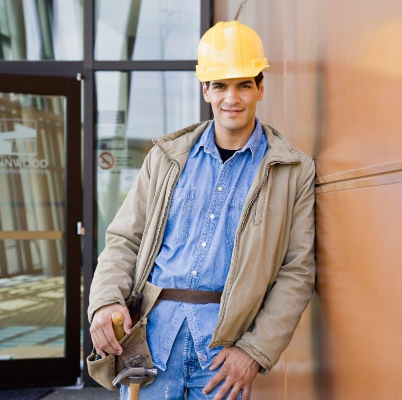 建筑安全帽男性摆在的工作者 免版税图库摄影