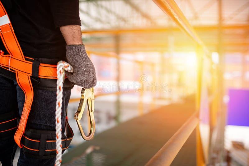 建筑工人佩带的安全带和安全线 免版税图库摄影