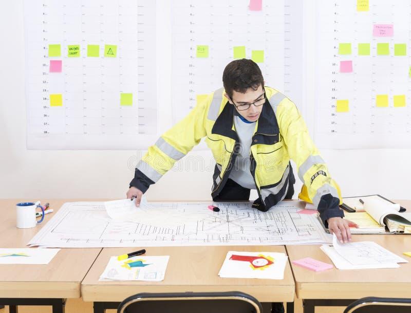 建筑工人在办公室 免版税库存图片
