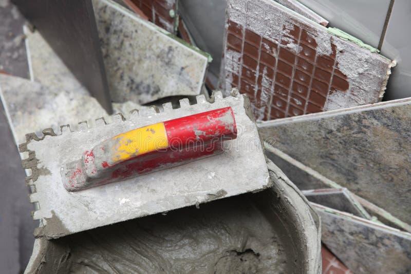 建筑工人在家铺磁砖瓦片 图库摄影