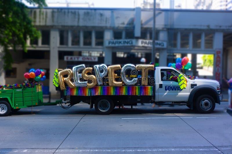 建筑工人漂浮尊敬在同性恋自豪日游行 库存照片