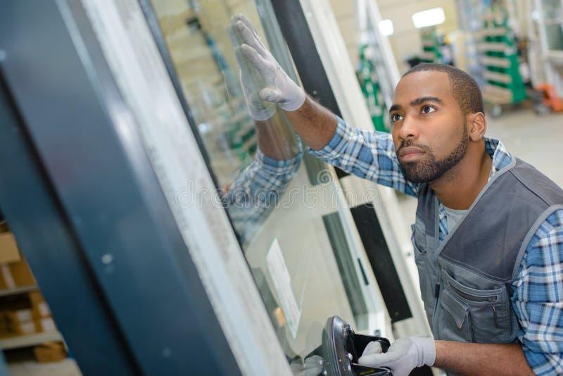 建筑工人贴合窗口 免版税库存照片