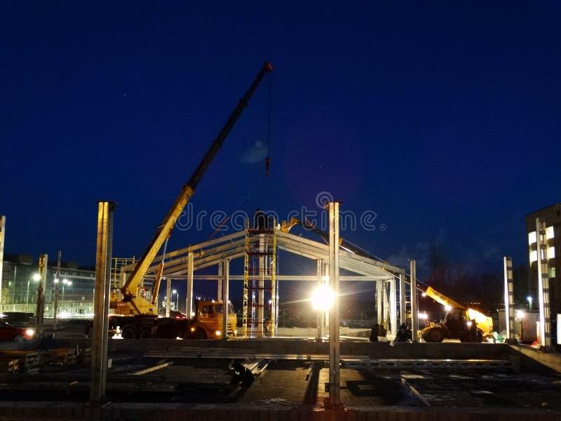 建筑工作在晚上 免版税库存图片
