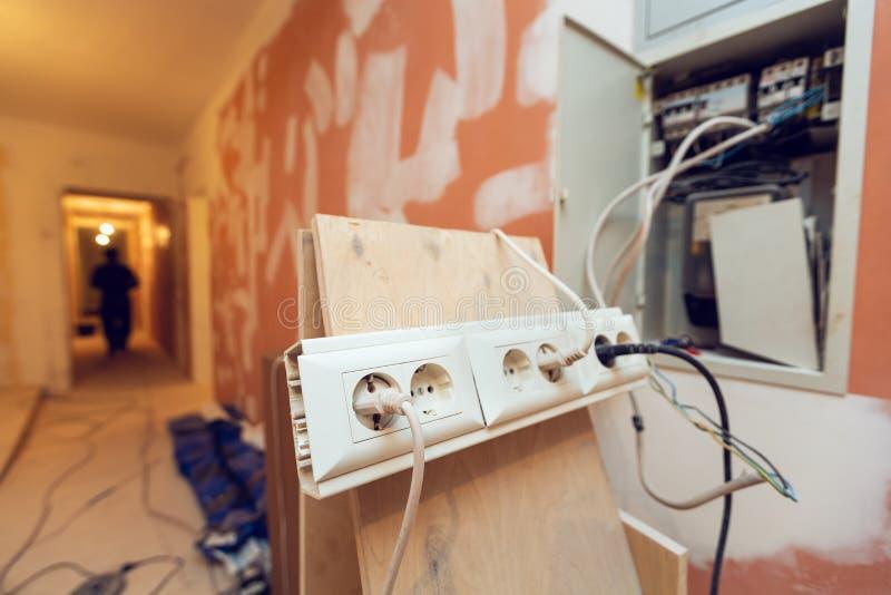 建筑工具和齿轮的临时电子出口被连接在公寓的电子箱子是inder 库存照片