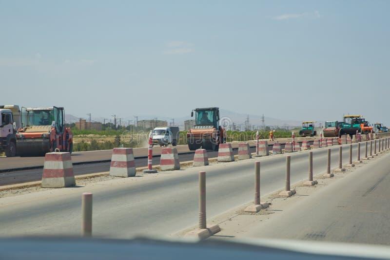建筑工地设备用于修建新道路、压实沥青的重振压路机或压路机 库存图片