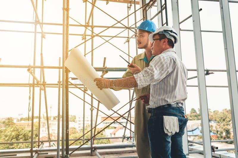 建筑工程师通过流动收音机谈话与骗局 免版税库存图片