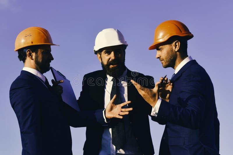 建筑师举行夹子文件夹 Consrtuction和企业概念 库存图片