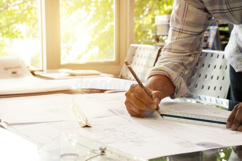 建筑师举行铅笔,标度,三角统治者图画居住的h 免版税图库摄影