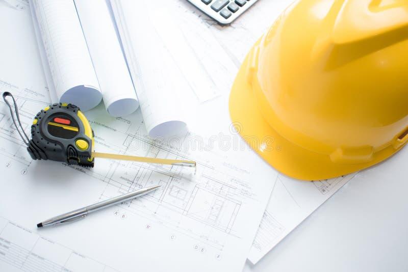 建筑师事务所和可利用工程的工具的顶视图有图纸建筑学项目的 图库摄影