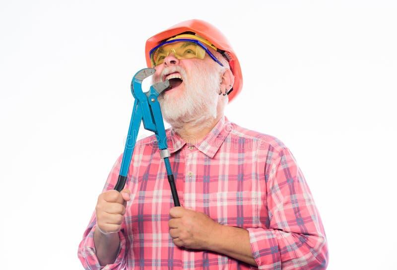 建筑师修理和固定 工程师工作者 盔甲的专业安装工与气体板钳 成熟有胡子的人 免版税库存图片