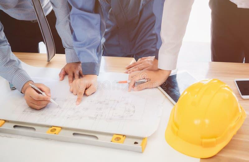 建筑师和商人制定计划会议与commitme一起使用 库存照片