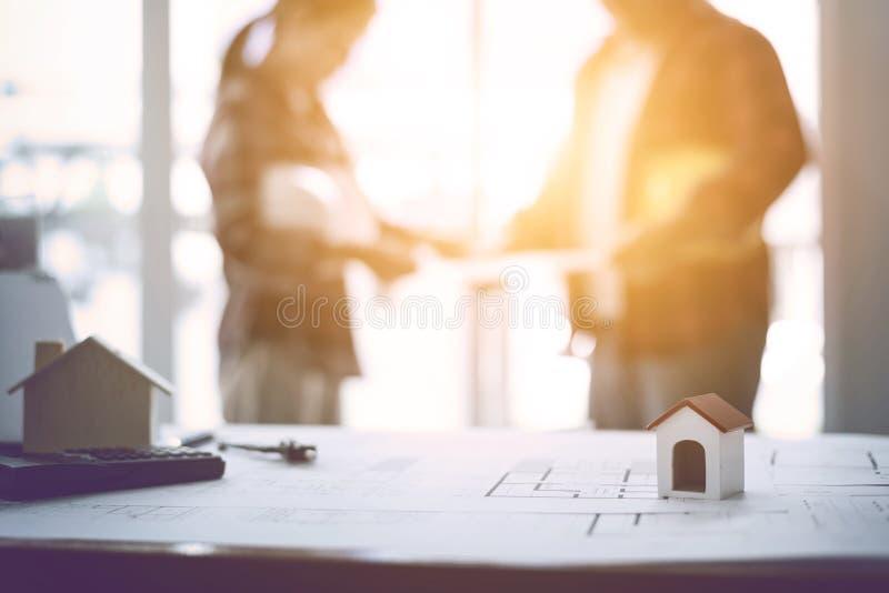 建筑师团队合作会议和讨论蓝图 库存照片