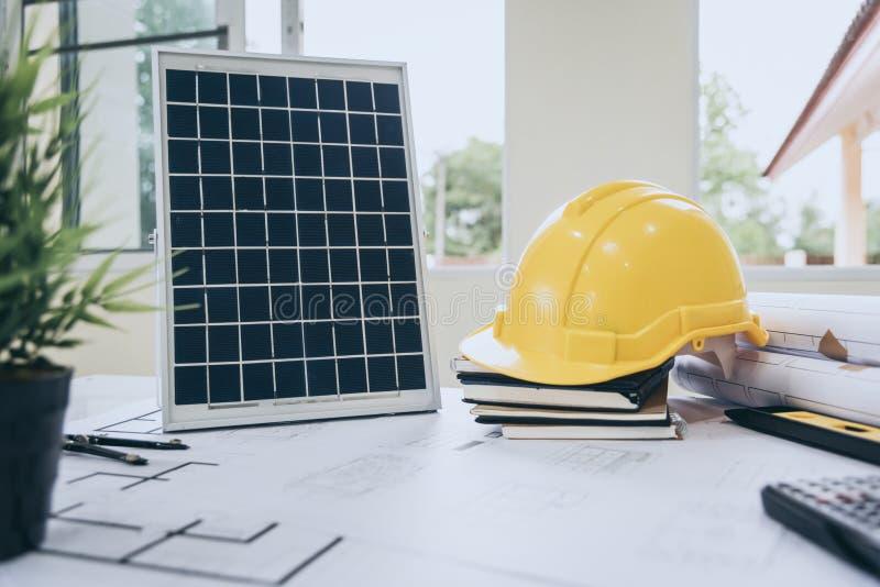 建筑师太阳能供给动力的家庭绿色书桌为减少全球性变暖 库存照片