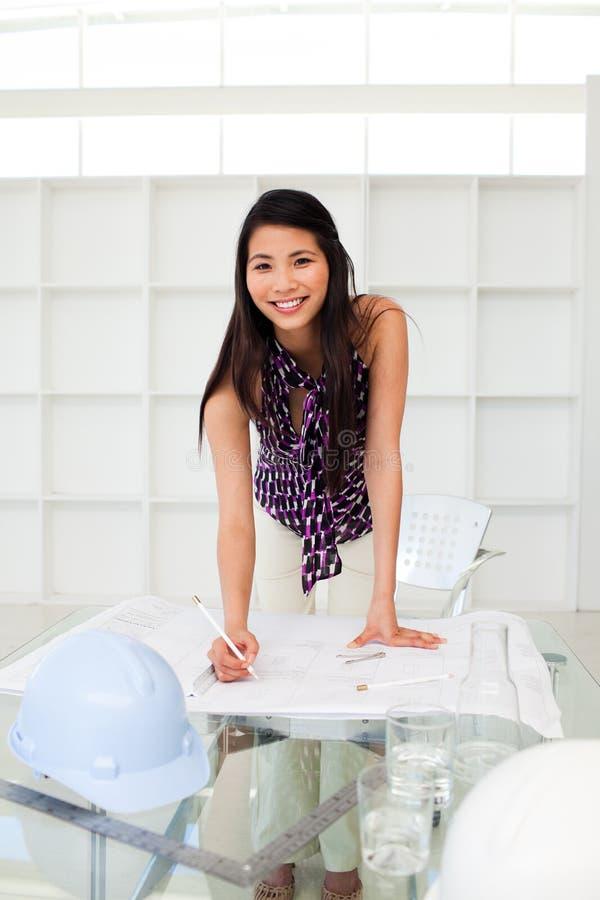建筑师有吸引力的图纸女性学习 免版税库存图片