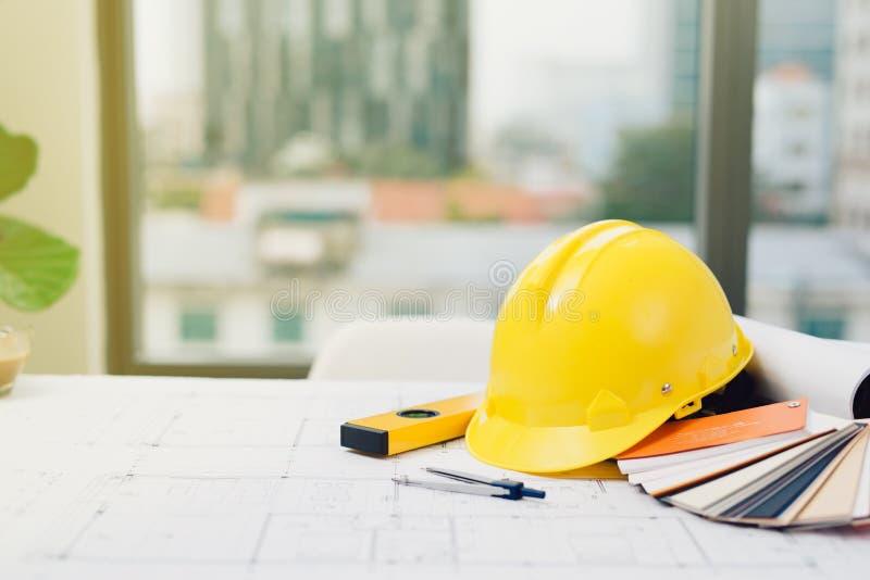 建筑师概念,建筑师事务所与图纸一起使用 库存照片