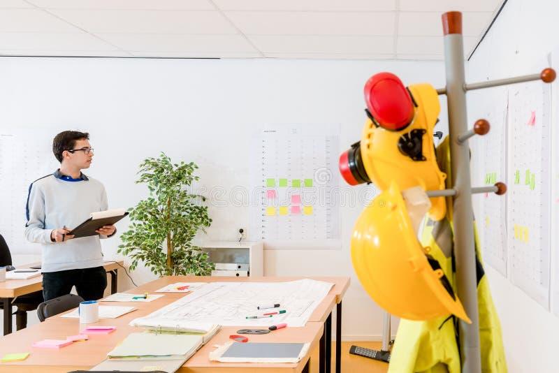 建筑师藏品文件夹,当计划在办公室时 库存照片