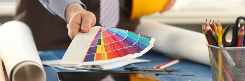 建筑师藏品设计颜色样片在办公室 库存图片