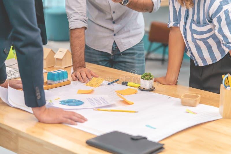 建筑师设计师队在办公室群策群力 免版税图库摄影