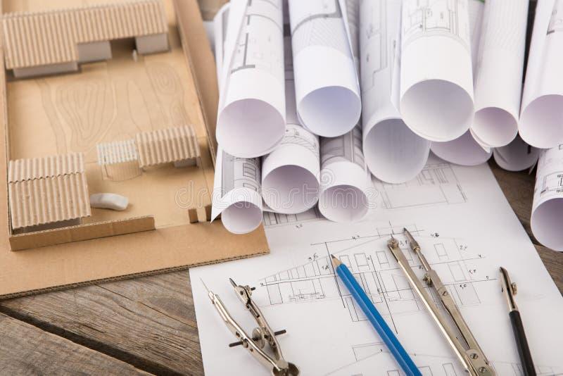 建筑师-结构图、比例模型和工具工作场所  库存图片