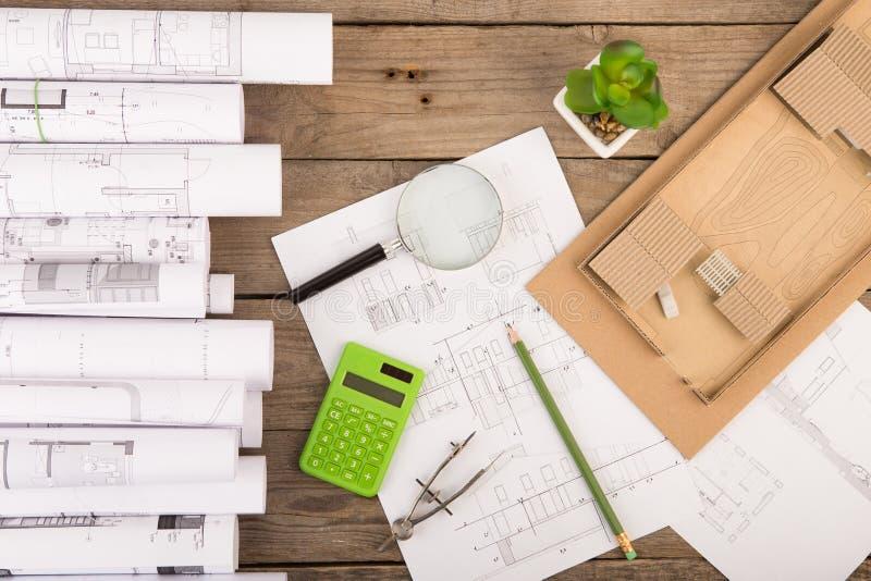 建筑师-结构图、比例模型和工具工作场所  库存照片