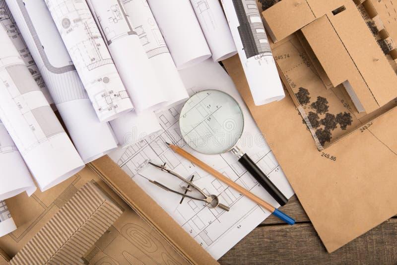 建筑师-结构图、比例模型和工具工作场所  免版税库存图片
