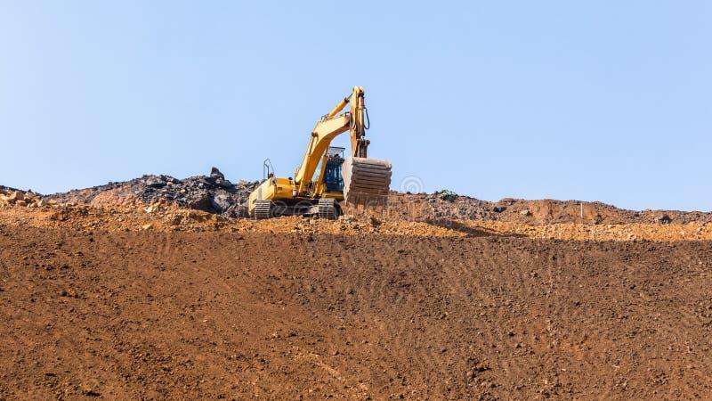 建筑挖掘机机器土堤铺沙银行平台 免版税库存照片