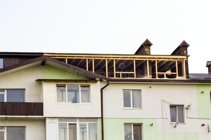 建筑构成的家庭新的住宅站点 顶房顶构筑a 免版税图库摄影