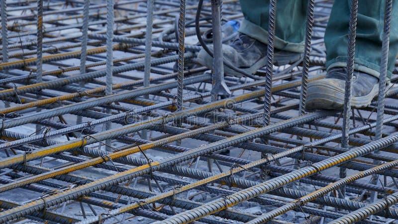 建筑查出的好成套装备工作者 工作者在做增强具体倾吐的建造场所金属框架 图库摄影