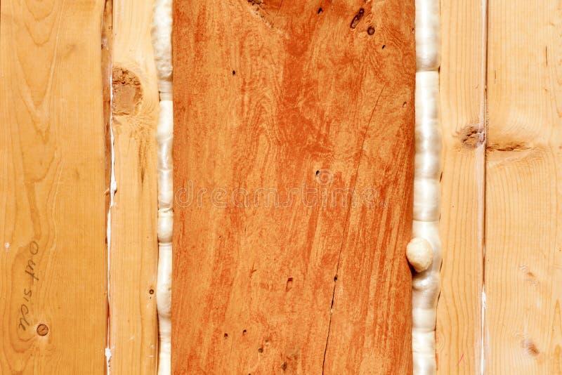 建筑泡沫造成缝隙木聚氨酯的密封 库存照片