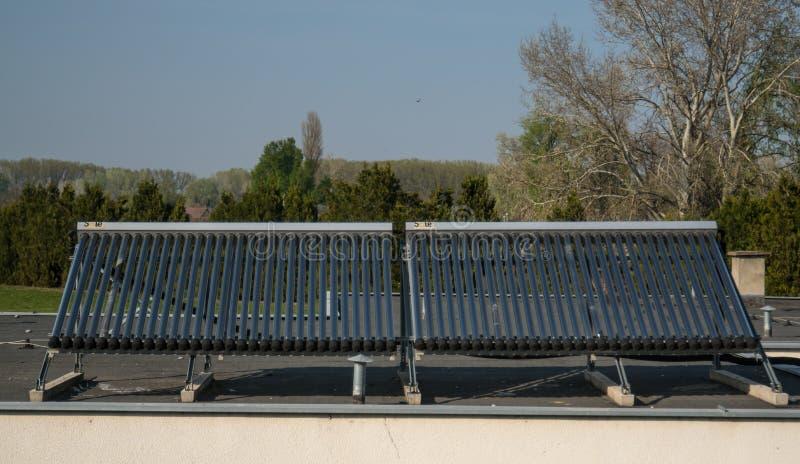 建筑物屋顶太阳能热水器 库存照片