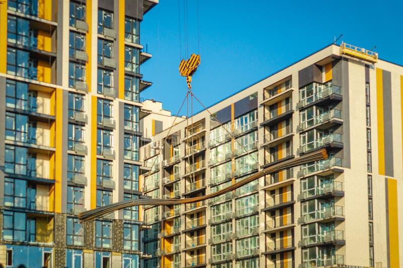 建筑用起重机修建天空背景的房子 库存照片