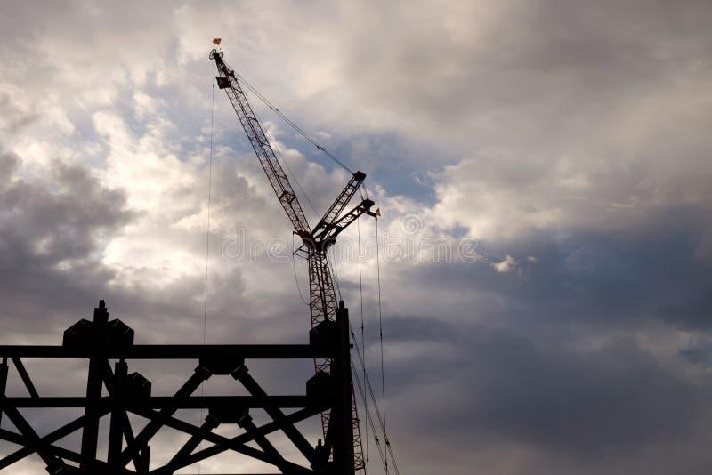 建筑用起重机在初期一个多云早晨 图库摄影