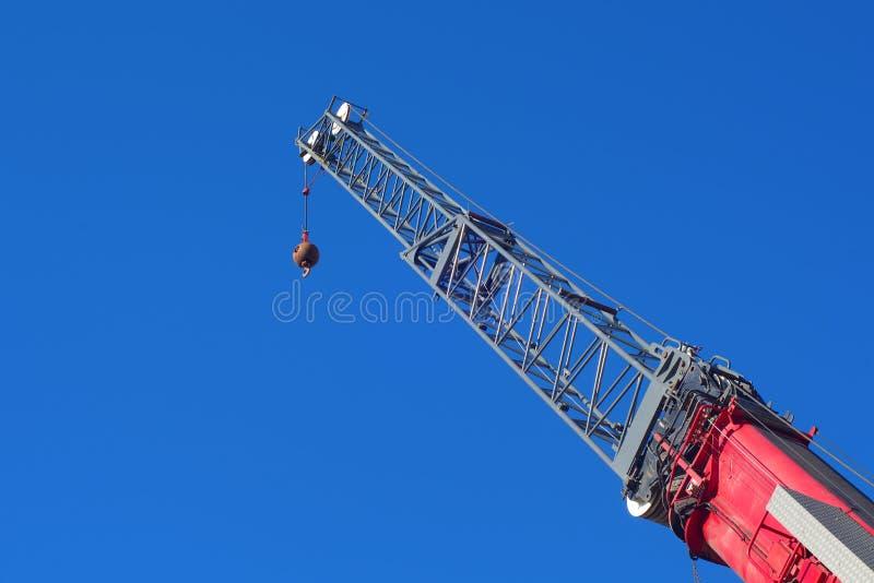 建筑用起重机红色卷扬机举的机器insdustrial勾子 库存照片