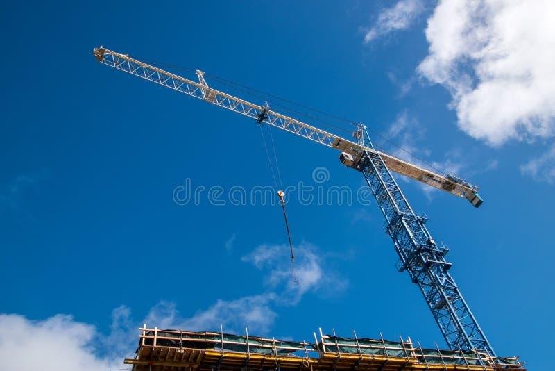 建筑用起重机蓝天背景 免版税库存照片