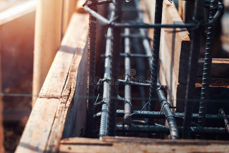 建筑的关闭钢在工地工作 库存照片
