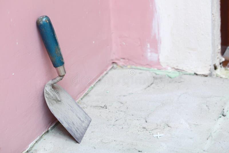 建筑级别盖瓦在家瓦片粘合剂 免版税库存照片