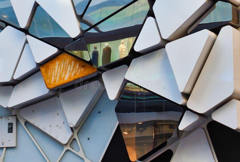 建筑细节,三角Shapesand反射 免版税库存图片
