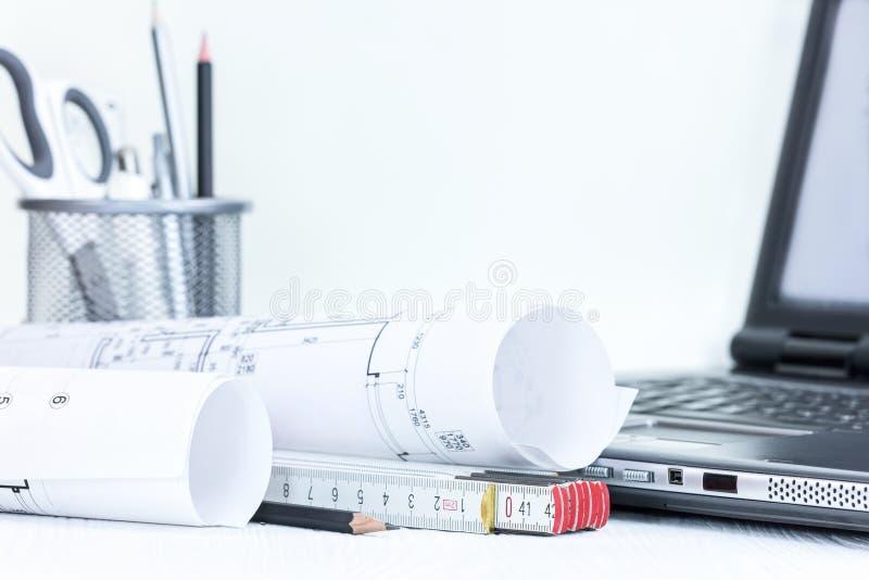 建筑计划测量和绘图工具,膝上型计算机,  免版税库存照片