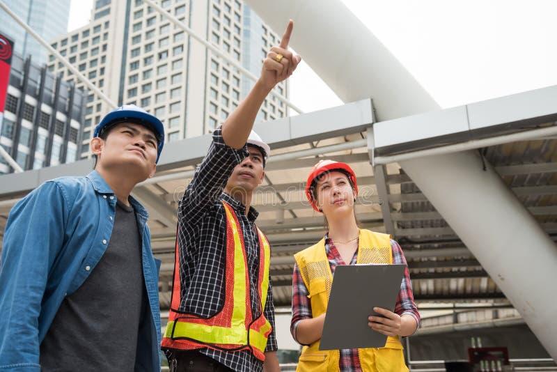 建筑队看看建造场所 免版税库存图片