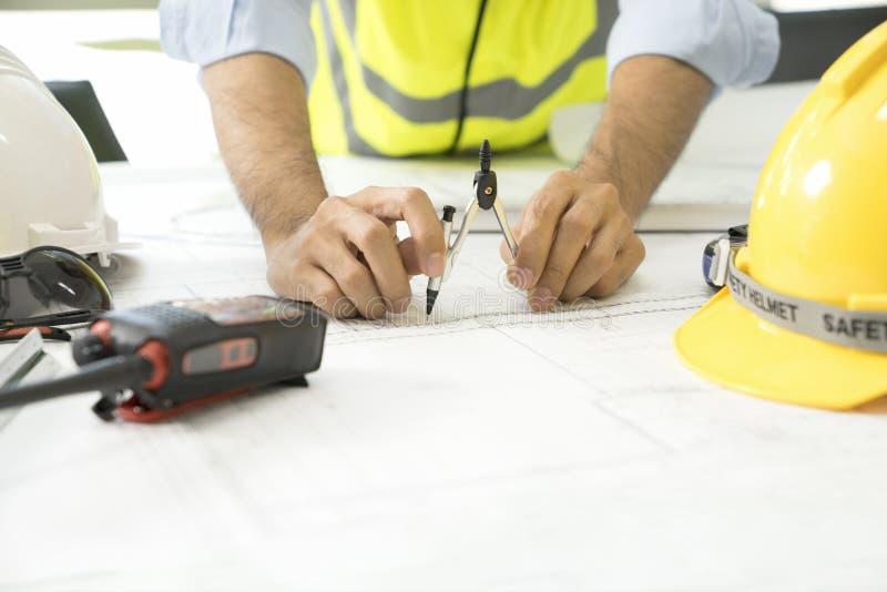 建筑项目、图纸,统治者、计算器、膝上型计算机和分切器指南针 概念建筑手指金子安置关键字 工程学工具 免版税库存图片