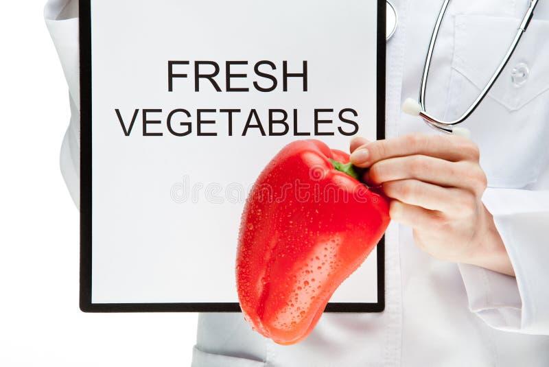建议吃新鲜蔬菜的医生 库存照片