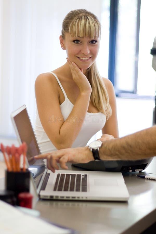 建议白肤金发的客户机年轻人 免版税图库摄影