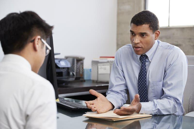 建议Concerned混合的族种男性的治疗师男性患者 库存照片