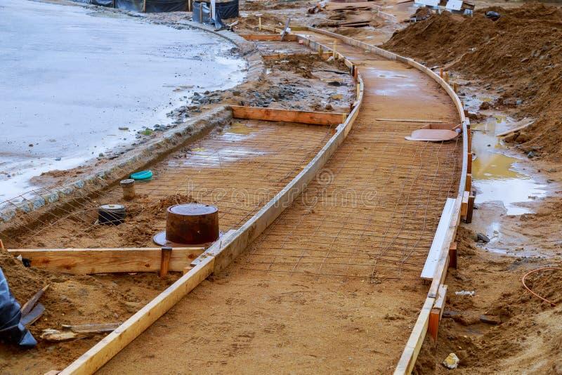 建设中的边路,过程中具体遏制的设施 库存照片