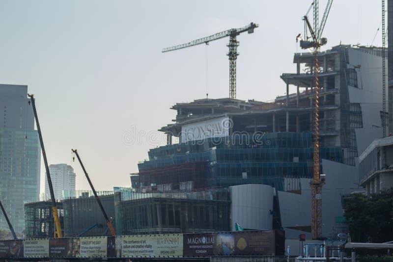 建设中ICONSIAM项目,在昭披耶河的银行的未来混杂用途发展在曼谷,泰国 免版税库存照片