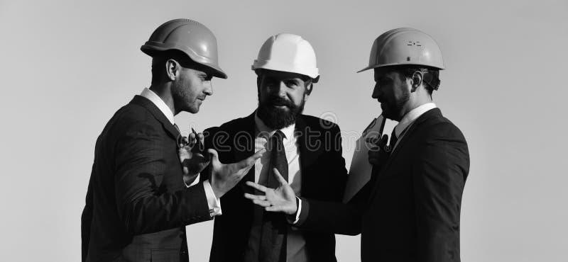 建设者举行夹子文件夹 有胡子和坚定的面孔的人 库存图片