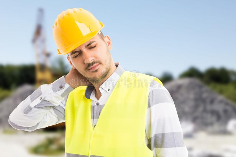 建设者或建造者遭受的颈背痛苦 免版税库存照片
