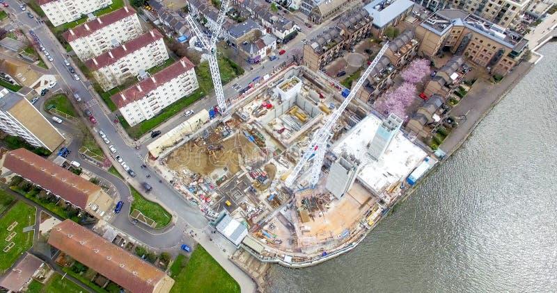 建造场所大厦起重机的空中俯视图 免版税库存照片